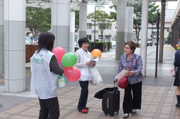 JR福島駅前で、被害者支援に対する理解と募金の協力を呼び掛けました。