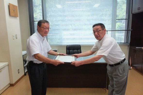 写真右:斎藤修一取締役社長 写真左:熊田真市専務理事